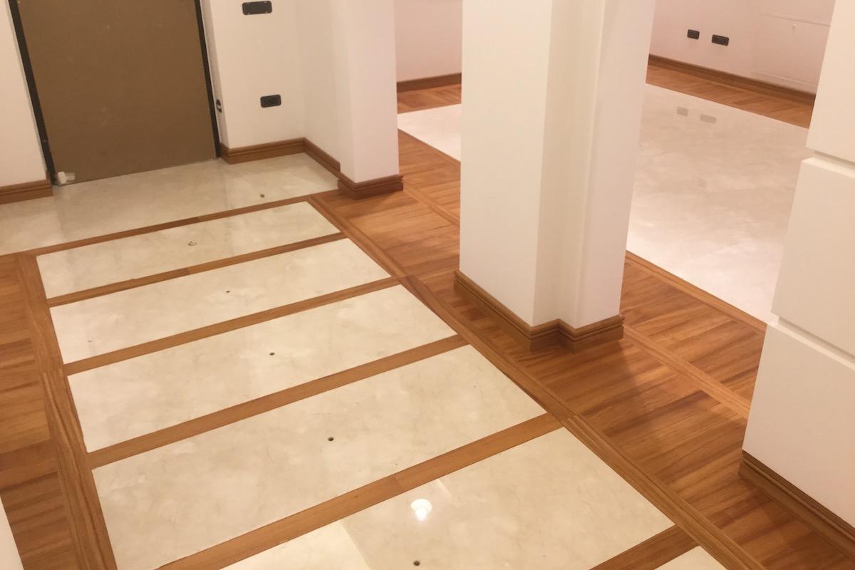 pavimento in parquet alternato a marmo