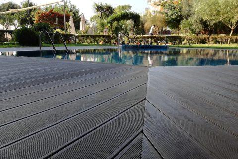 piscina Giardini del golfo rivestita in parquet da esterno - decking
