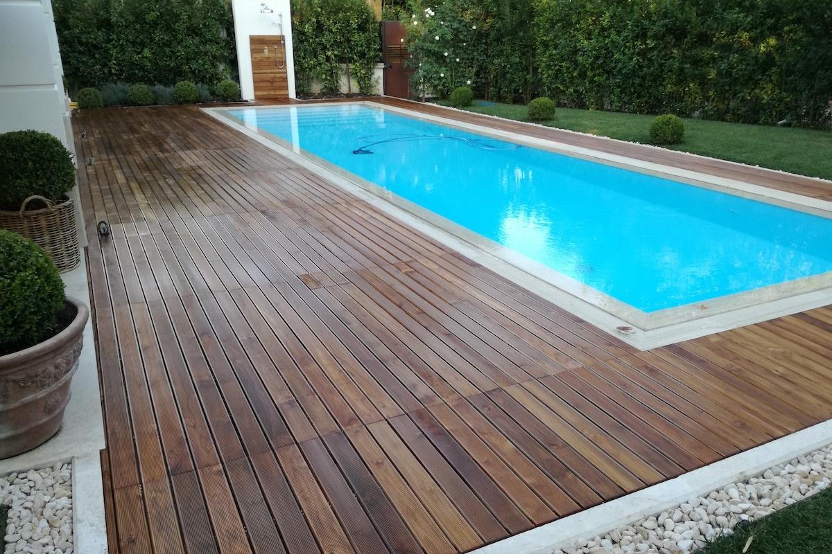 Piscina con rivestimento in legno, bordo piscina decking